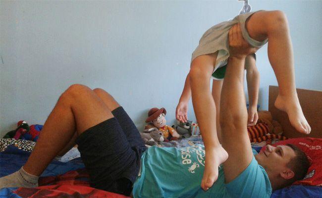 Hry s dětmi - posilovna v posteli
